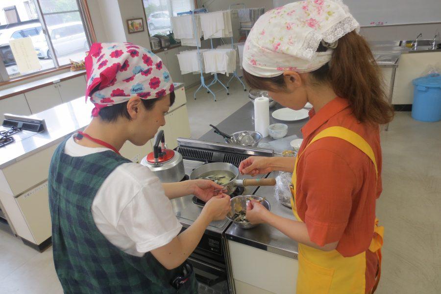 煮干しのはらわたの取り方を一緒に実践しました。